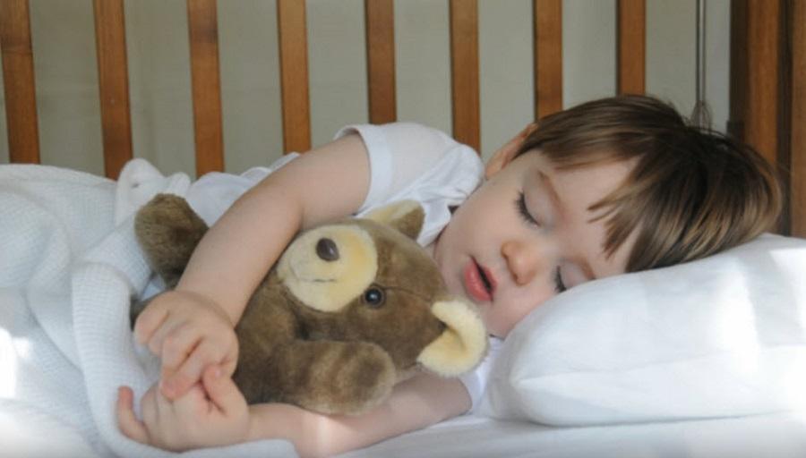 9 основных причин почему ребёнок плачет во сне